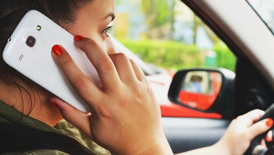 Autoescola Sant Feliu - Noves normes de tràmsit - Parlar pel mòbil